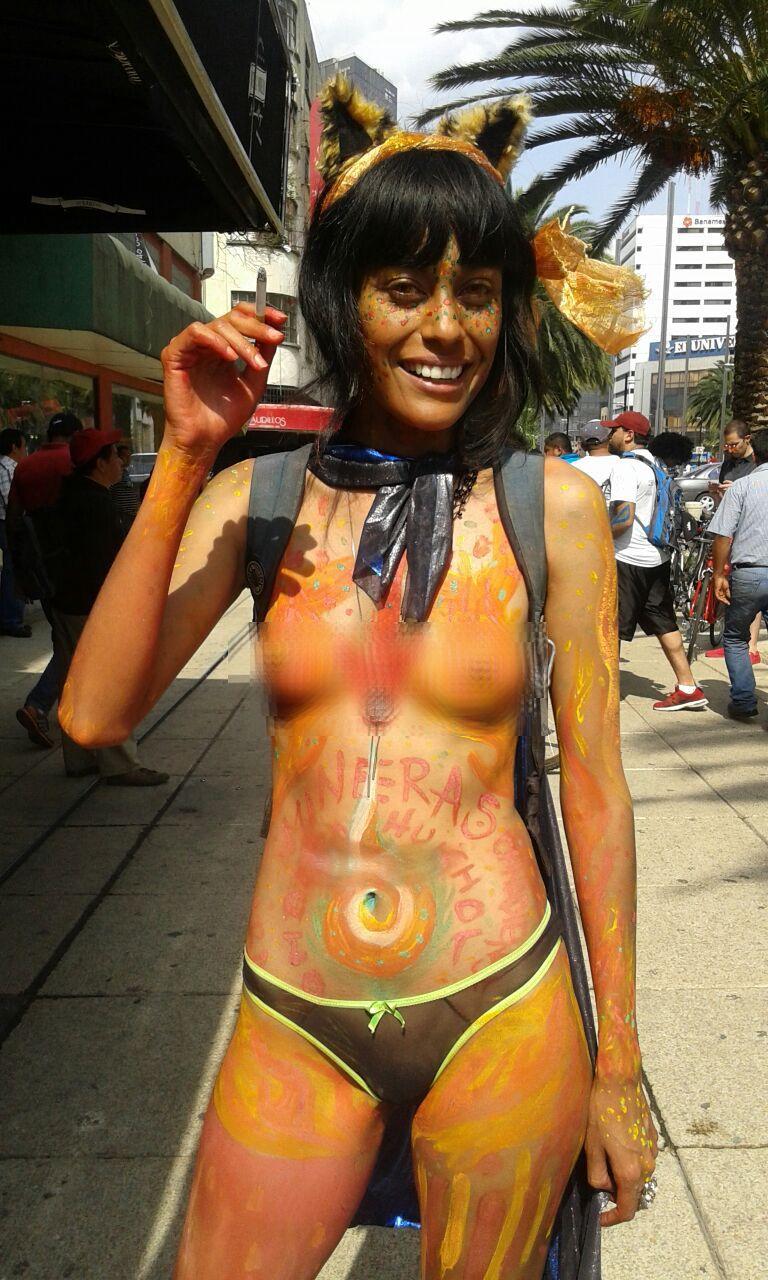Toda colonia nudista femenina