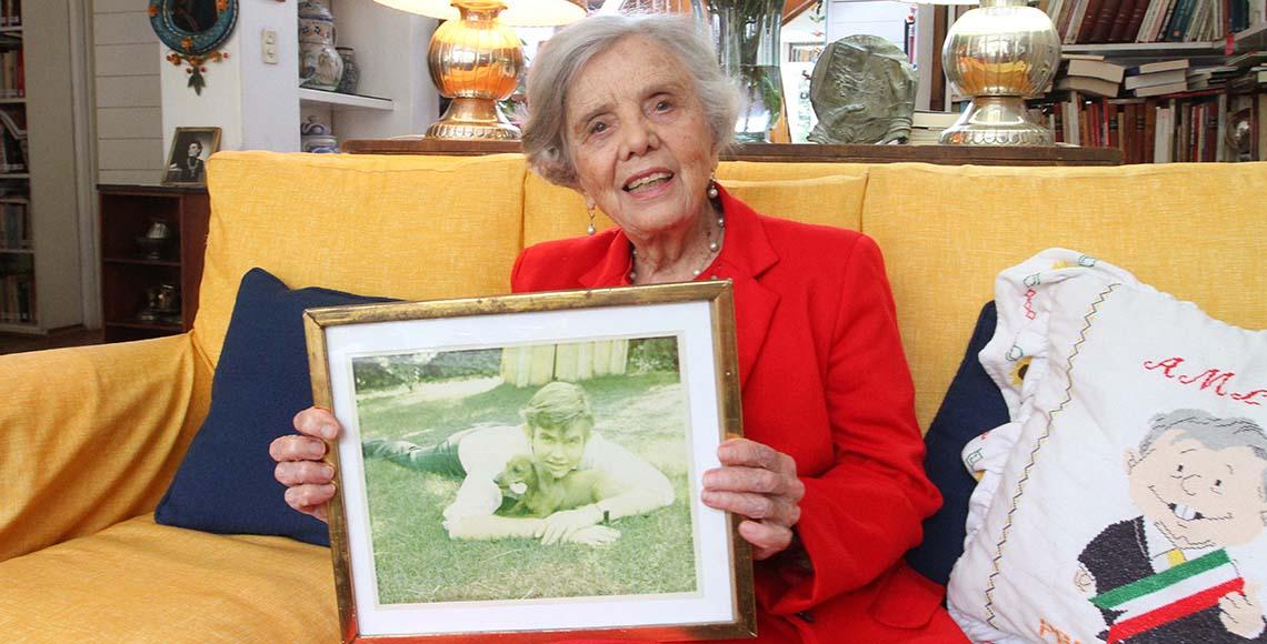 elena poniatowska con foto de su hermano jan LC