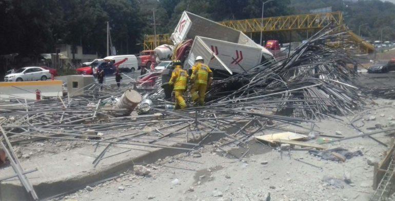 Accidente en la México-Toluca; un tráiler impacta en caseta