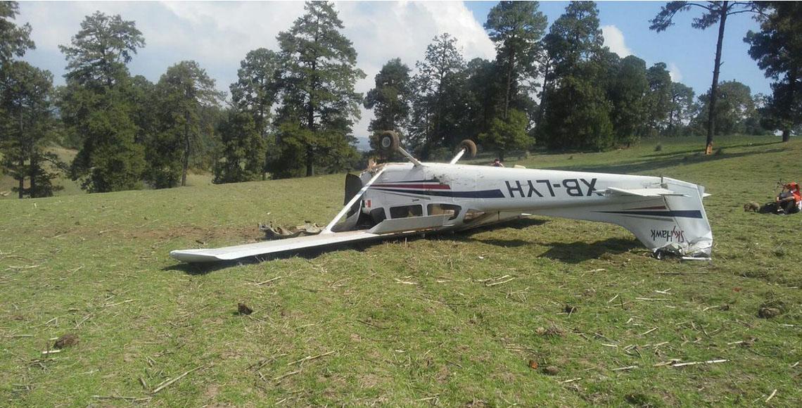 Se desploma aeronave en campo de cultivo en el Edomex