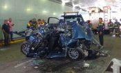 En auto aplastado por camión viajaban 2 adultos y 6 menores; mueren 3