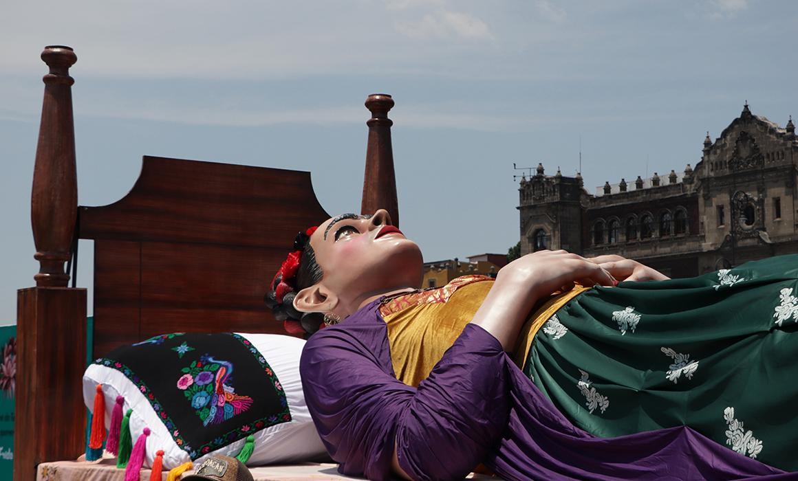 Exposición floral y pictórica Los Colores de Frida en Zócalo.
