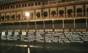 Nombres de víctimas de feminicidios tapizan muro en Palacio