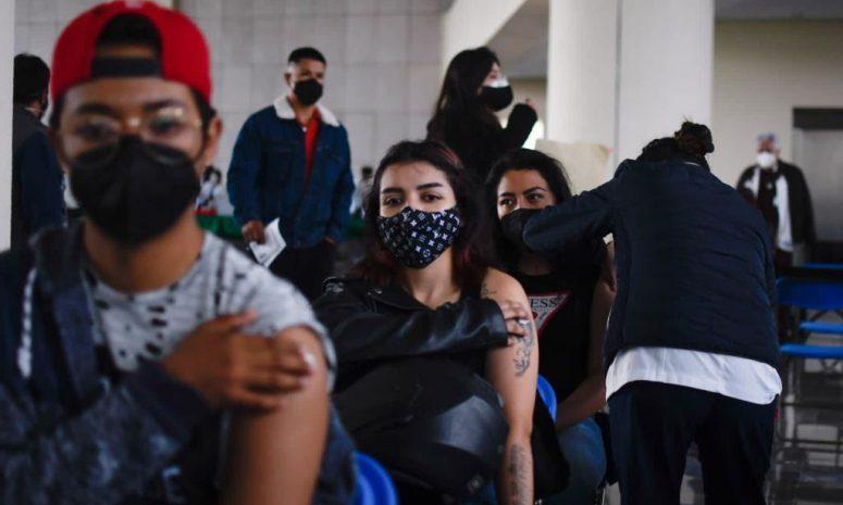 Jóvenes saturan sede en Benito Juárez para recibir vacuna